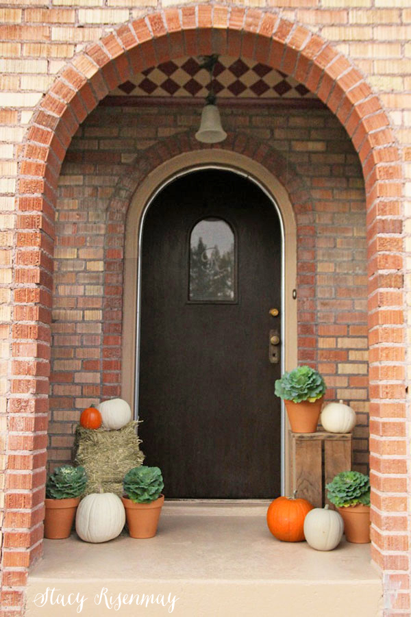 fall-porch-with-pumpkins-nd-hay-bale
